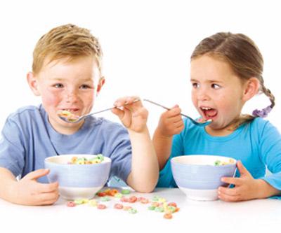 5 Rutin Semasa Makan Ini Boleh Tingkatkan Kemahiran Anak Anda